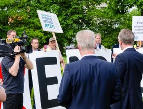 """Warnminute """"5 vor 12"""": NRW-Unternehmen protestieren gegen Ausbremsen der Energiewende"""