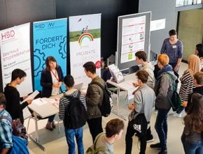 Unternehmen präsentieren sich Schülern auf Energiekonferenz