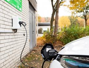 """""""LEE macht E-mobil"""": Neue Ladesäule für E-Fahrzeuge in Oelde eingeweiht"""